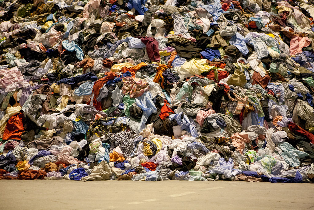 Por que toneladas de roupas praticamente novas vão ao lixo no ReinoUnido